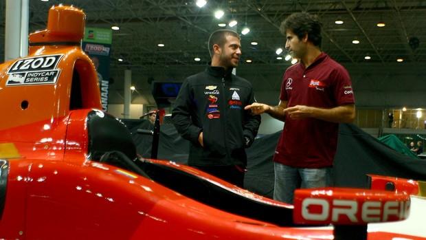 Ernesto Viso e Sergio Jimenez diante do carro da Indy em São Paulo (Foto: Bruno Terena/ divulgação)