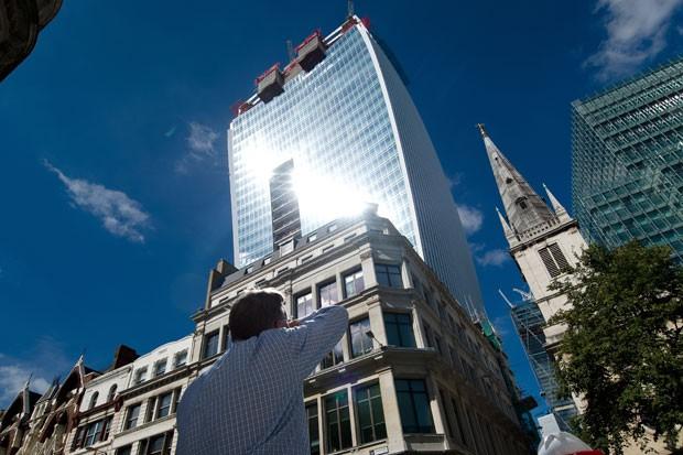 Edifício conhecido como  wakie talkie , em Londres, na Inglaterra, foi capaz 3c4ca08769
