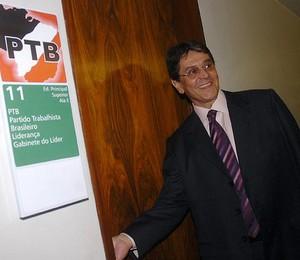O presidente do PTB, Roberto Jefferson, chega ao gabinete do líder do partido na Câmara, Jovair Arantes (Foto: Arquivo/Agência Brasil)