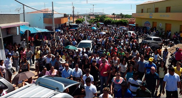 Cortejo fúnebre de Arni Praxedes reuniu centenas de pessoas em Patu (Foto: Bruno Campelo/G1)