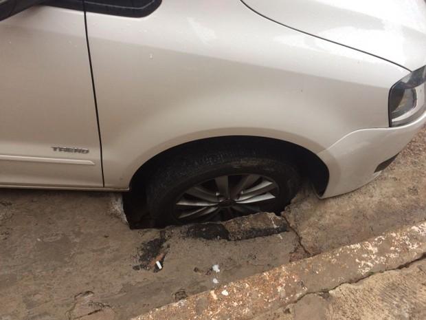 Roda de carro ficou presa em buraco aberto na rua (Foto: Arquivo pessoal)