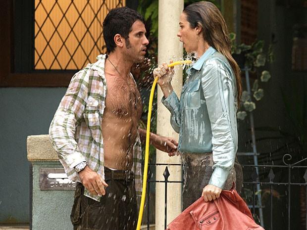 Ulisses e Vânia espantam o calorão com banho de mangueira (Foto: Guerra dos Sexos / TV Globo)