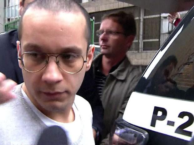 Gil Rugai se entrega à polícia, em São Paulo, após mandado de prisão expedido  (Foto: Reprodução GloboNews)