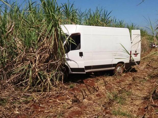 Van usada em maga-assalto foi encontrada em Ribeirão Preto, SP (Foto: Lincoln Fernandes)