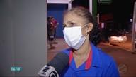Funcionários de unidade de saúde usam máscara para atendimento