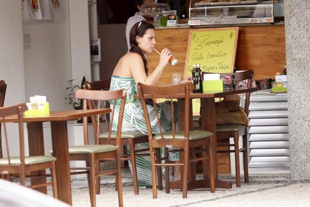 Camila Rodrigues lanchando  (Foto: Marcos Ferreira / FotoRioNews)