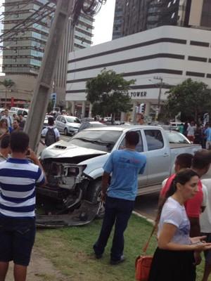 Veículo de vítima de sequestro acabou colidindo com um poste, na Avenida Colares Moreira (Foto: Nelson Neto/Divulgação)