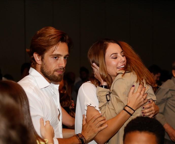 Paolla e Alinne se abraçam após assistirem juntas ao último capítulo da primeira fase (Foto: Ellen Soares/Gshow)