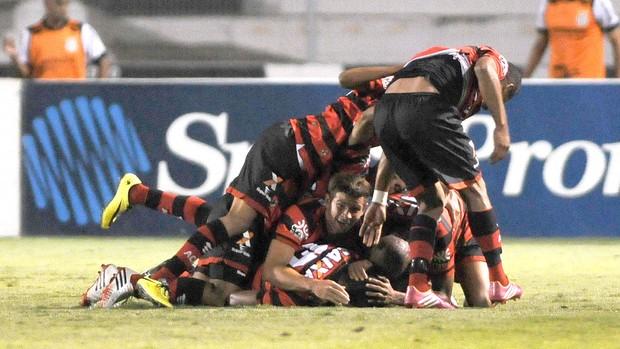Comemoração do Atlético-GO contra a ponte preta (Foto: Rodrigo Villalba / Futura Press)