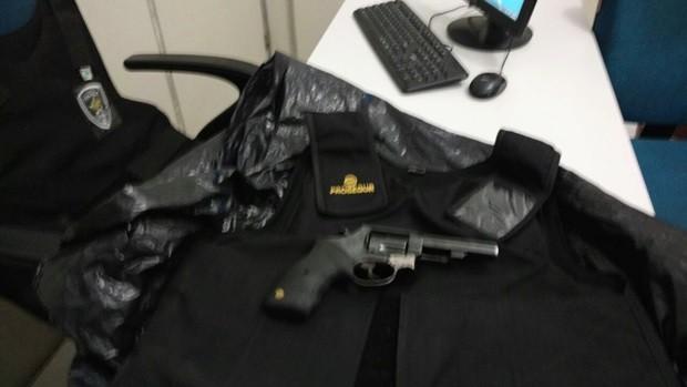 Arma e colete do vigilante foram recuperados (Foto: Divulgação/PM)