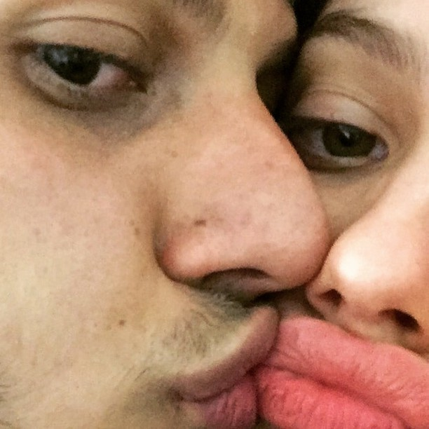 Chay Suede e Laura Neiva se beijam (Foto: Instagram/ Reprodução)