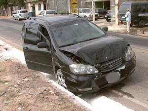 carro roubo assalto Carmo do Cajuru Divinópolis MG (Foto: Reprodução/TV Integração)