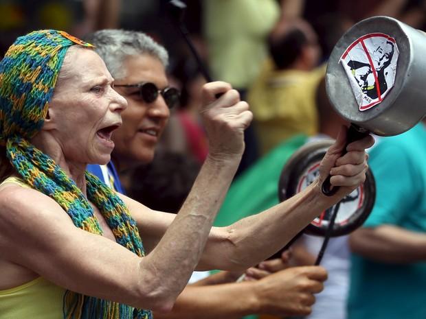SP: Manifestante bate em panela com foto de Lula em protesto na Avenida Paulista (Foto: Paulo Whitaker / Reuters)