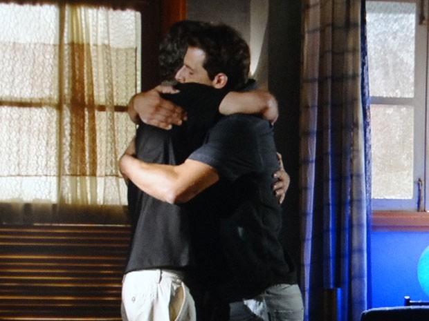 A amizade fala mais alto e Cassiano perdoa Duque (Foto: Flor do Caribe / TV Globo)