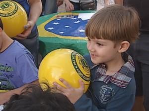Crianças ganharam bolas nas cores do Brasil  (Foto: Reprodução / TV TEM)