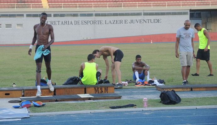 Saltadores treinam sem a companhia de Maurren Maggi (Foto: David Abramvezt)