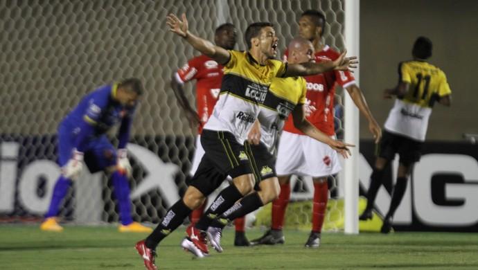 Vila Nova x Criciúma, Diego Giaretta comemora gol (Foto: André Costa/Estadão Conteúdo)