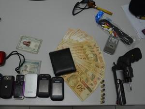Com os homens, foram apreendidos vários celulares, um revólver municiado e R$ 1.400, resultado do assalto às Casas Lotéricas, segundo polícia (Foto: Walter Paparazzo/G1)