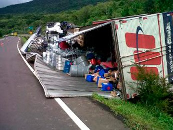 Baú abriu e carga do caminhão ficou exposta (Foto: Francine Rabuske/RBS TV)