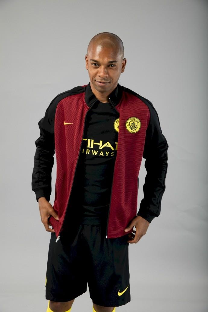 BLOG: Com Fernandinho como modelo, City apresenta o uniforme reserva