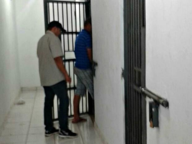 Após ser detido, homem foi levado para a mesma cela do filho, em Sorriso (Foto: Lucas Torres/Portal Sorriso MT)