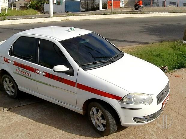 Táxi foi alvo de assalto na tarde deste domingo (24) na Zona Norte de Natal (Foto: Reprodução/Inter TV Cabugi)