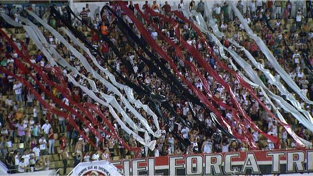 Torcida do Botafogo-SP marca presença no clássico Come-Fogo (Foto: Chico Escolano / EPTV)