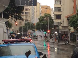 Bomba é lançada na Avenida Nossa Senhora de Copacabana durante manifestação (Foto: Gabriel Barreira/ G1)