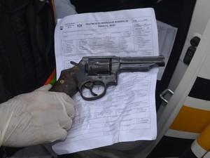 Arma que o suspeito atingiu o policial no pé, em Macapá (Foto: John Pacheco/G1)