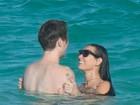Demi Moore namora no mar e mostra corpo em forma em dia de praia