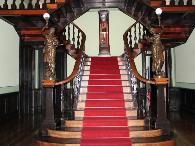 Escadaria de madeira leva até o segundo pavimento.  (Foto: Camila Henriques/G1 AM)