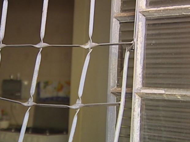Homem arrombou a janela para entrar na casa  (Foto: Reprodução / TV TEM)