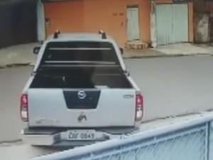 Homem parou em frente a ONG e jogou animal (Foto: Reprodução/ TV TEM)