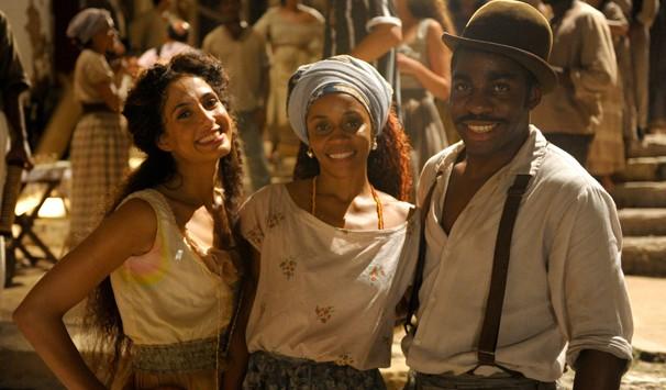 Nos bastidores das gravações, atores posam ao lado de Nilsinha Fonseca, bailarina do Balé Folclórico da Bahia (Foto: João Cotta/ TV Globo)