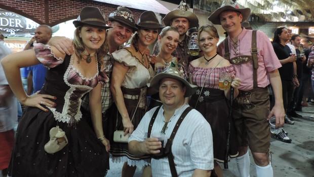 FOTOS: grupos de amigos participam com trajes típicos (Fernanda Burigo/G1)