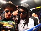Com casaco florido, Justin Bieber assiste a luta de boxe