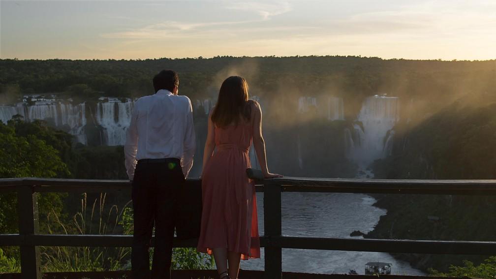 Eric e Luíza conversam em Foz do Iguaçu (Foto: TV Globo)