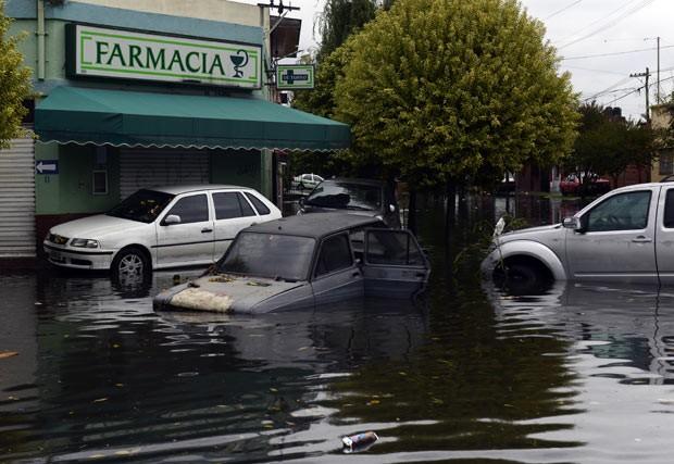 Rua alagada pela chuva nesta quarta-feira (3) na cidade argentina de La Plata (Foto: AFP)