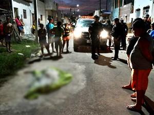 Em Macau, crime aconteceu na rua Feliciano Tetéo, no bairro Porto de São Pedro (Foto: Divulgação/PM)