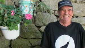 Pantoja não tem animais em sua casa pequena, mas cultiva plantas e um jardim (Foto: BBC)