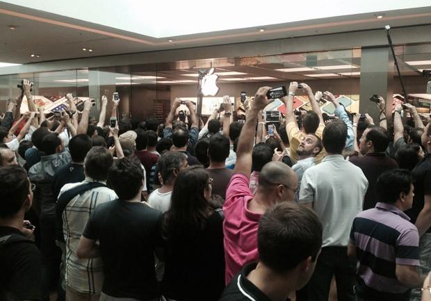 Pessoas registram o momento da abertura da 1ª loja oficial da Apple no Brasil (Foto: Rosangela Souza/TV Globo)