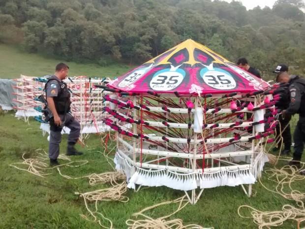 Festival acontecia em terreno descampado, próximo a um lixão. (Foto: Polícia Militar / Divulgação)
