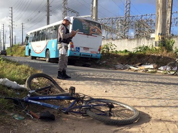 Ônibus bateu em bicicleta em rua no Ernani Sátiro, em João Pessoa, nesta segunda-feira (21) (Foto: Walter Paparazzo/G1)