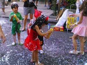 Criançada curte carnaval de rua em Laranjeiras, no bloco Gigantes da Lira. (Foto: Janaína Carvalho/G1)