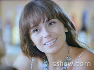 Clara ouve a proposta de Marina (Foto: Em Família/ TV Globo)