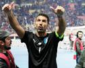 Buffon deixa o gramado caminhando de cueca após vitória da seleção italiana