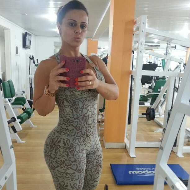 Às vésperas do carnaval, Viviane Araújo veste roupa justa para