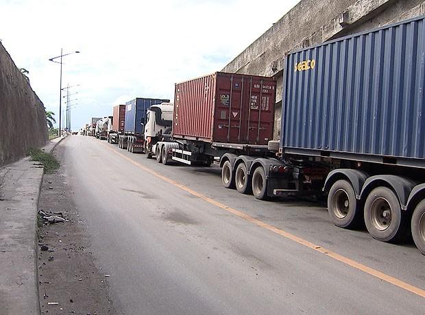 Caminhoneiros protestam na Via Expressa, em Salvador. (Foto: Imagens/Tv Bahia)
