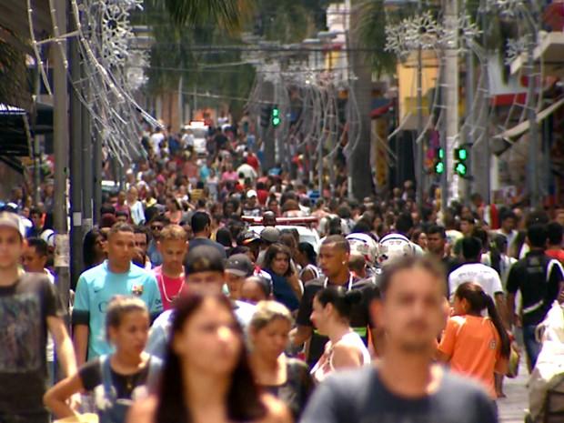 Ruas estão lotadas, mas consumidores gastam menos neste Natal em Campinas (Foto: Reprodução / EPTV)