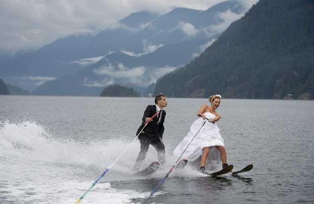 Noivos foram fotografados enquando praticavam esqui aquático no Canadá (Foto: Jonathan Hayward, The Canadian Press/ AP)